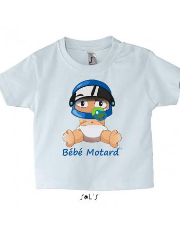 Tshirt blanc en coton avec le bébé motard assis portant un casque bleu - Vue de face avec le dessin