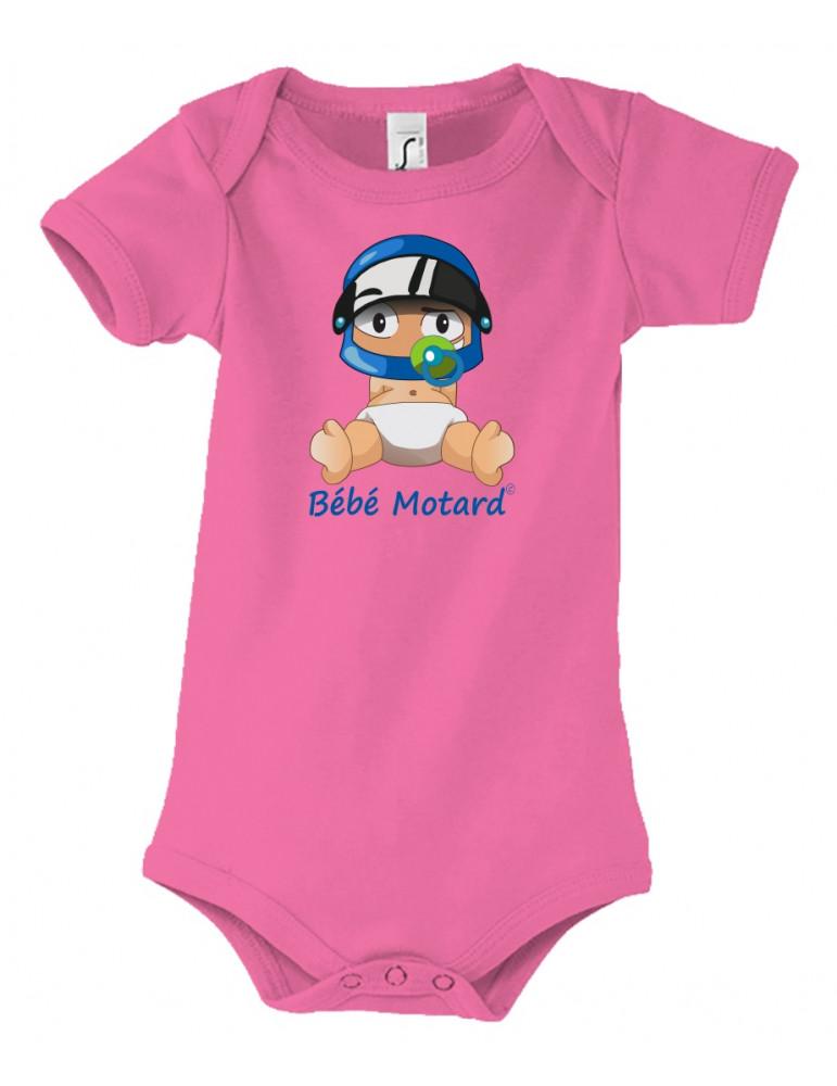 Body Bébé Motard - vue de face avec le Bébé Assis et son casque Casque Bleu - couleur rose