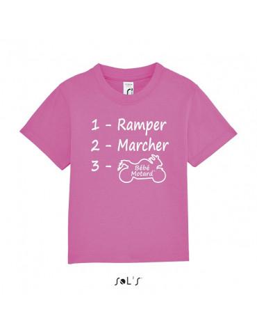 Tee-shirt Bébé Motard Mosquitos - vue de face avec le motif evolution d'un bébé motard - couleur rose