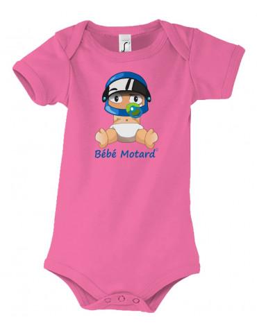 Body Bébé Motard - vue de face avec le Bébé Assis et son casque Casque Bleu - couleur rose - Coton biologique - Organic Bambino