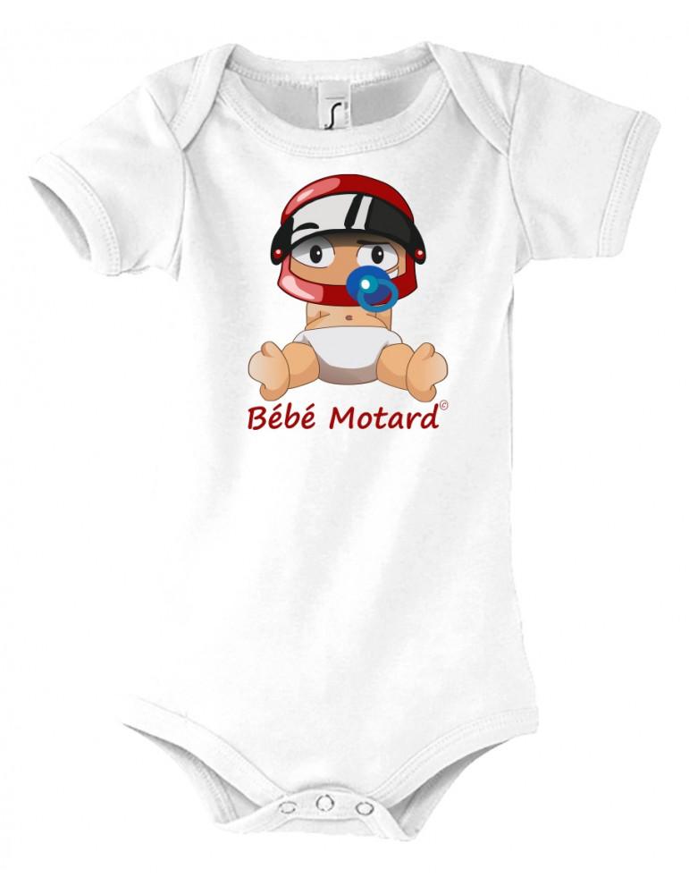 Body Bébé Motard - vue de face avec le Bébé Assis et son casque rouge - couleur blanc - Coton biologique - Organic Bambino